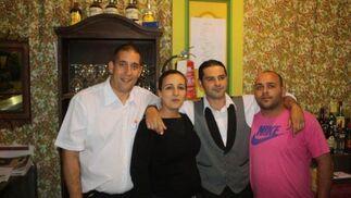 Ramón, Rocío, Guillermo y Paco del Restaurante Bar Cádiz, catering de la caseta Revuelo  Foto: Fito Carreto