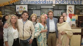 El presidente de la Peña Madridista, Bernabé García, con algunos de los socios de la caseta, que este año cumple su décimo aniversario. La caseta ha sido decorada para la ocasión con un mosaico de fotos.   Foto: Fito Carreto