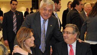 Francisco Herrero, presidente de la Cámara de Comercio de Sevilla, con Susana Díaz y Juan Ignacio Zoido.  Foto: Juan Carlos Vázquez / Belén Vargas/ Manuel Gómez