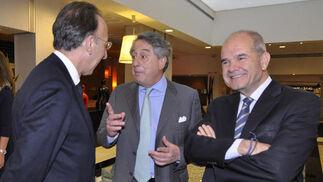 Jorge Domecq, embajador de España ante la OSCE; con Javier Targhetta, consejero delegado de Atlantic Copper; y Manuel Chaves.  Foto: Juan Carlos Vázquez / Belén Vargas/ Manuel Gómez