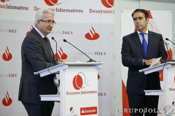 Manuel Jiménez Barrios, durante el coloquio moderado por Rafael Navas, director de 'Diario de Cádiz'.   Foto: Julio Gonzalez