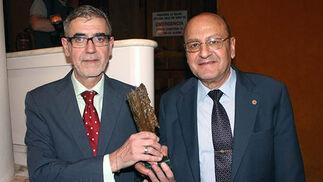 Juan Areal y Joaquín López, del Taller de Bordados Santa Bárbara, con el Premio 'Gota a Gota', una escultura de bronce obra de Ricardo Suárez.  Foto: Victoria Ramírez