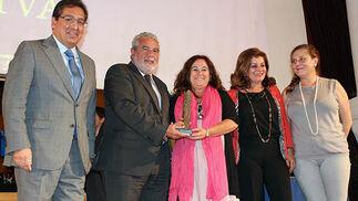 Antonio Pulido con Joaquín Durán, Inés Alba, Carmen Amores y Pilar Vergara, directivos de la RTVA, premiada en el apartado de Comunicación.  Foto: Victoria Ramírez
