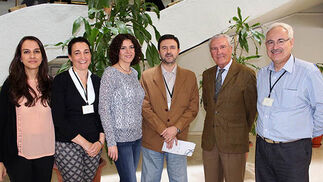 Cristina Gallardo, Inma Rosa, Olga Montes y Pedro José Sánchez Soto, investigadores del ICMS (CSIC); el profesor de Investigación Diego de la Rosa (CSIC) y Aurelio Serrano IBVF.  Foto: Victoria Ramírez