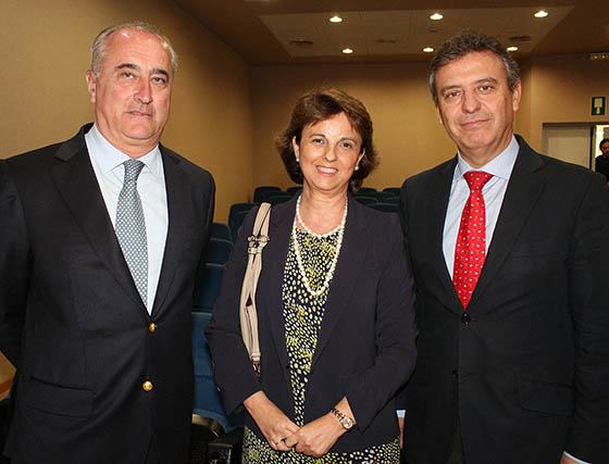 Félix Cataño y Rocío Medina (Grupo Medina), con Francisco Arteaga, director general territorial de Endesa en Andalucía y Extremadura.  Foto: Victoria Ramírez