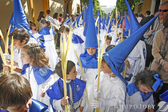 Los niños de la popular Borriquita. Palmas y alegría bajo ese sol radiante que tantos años se ha hecho esperar.  Foto: Pascual