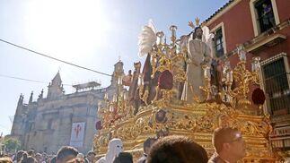El misterio de Jesús del Consuelo se adentra por la calle Ancha dejando Santiago a sus espaldas.  Foto: Manuel Aranda
