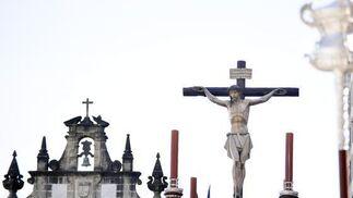 El Santísimo Cristo del Perdón avanza mientras deja atrás la inconfundible espadaña de la Ermita de Guía.  Foto: Manu Sánchez