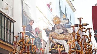 El misterio de Nuestra Señora de las Angustias ayer durante su discurrir por la siempre complicada calle Higueras.  Foto: Vanesa Lobo