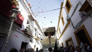 La Virgen de la Paz en su Mayor Aflicción recibió el cariño de su barrio en forma de petalada en la calle Bizcocheros.  Foto: Miguel Angel Gonzalez