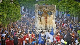 La Virgen de la Estrella, a su paso por la Carrera Oficial y envuelta entre los aromas del incienso.  Foto: Pascual