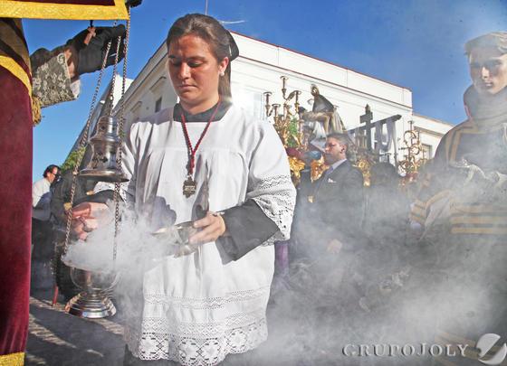 Una monaguilla colabora con un acólito para que no falte incienso al paso de Nuestra Señora de las Angustias.  Foto: Vanesa Lobo