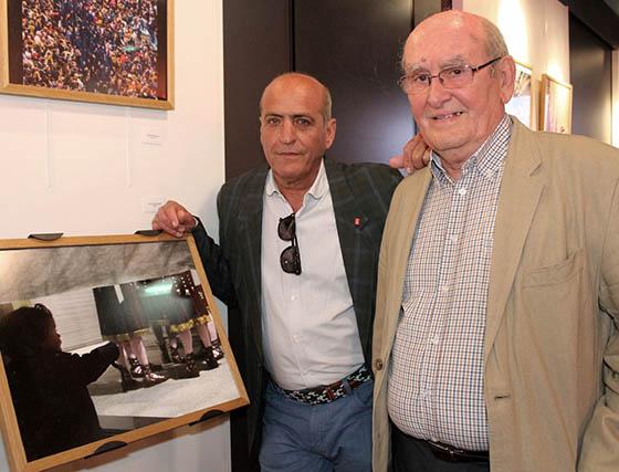 Paco Macías (Premio Andalucía de Fotografía 1989), junto a su imagen finalista 'Ilusión', y Manuel Ruesga Bono, presidente del jurado.  Foto: Victoria Ramírez