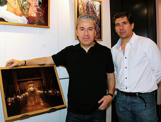 José Báez Caraballo, junto a su fotografía 'Penitencia de los Estudiantes' y Luis Fernando de la Flor Roldán, finalistas del certamen fotográfico.  Foto: Victoria Ramírez