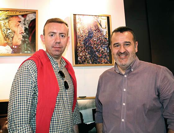 Francisco Javier Cabrera, finalista en la pasada edición del concurso, y Manuel Castro Juncá, finalista 2014, junto a su obra 'Río Azul'.  Foto: Victoria Ramírez