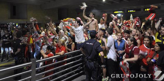 Cientos de aficionados en el aeropuerto.  Foto: Manuel Gomez