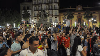 Muchos seguidores celebran el pase a la final de Liga Europa en la Puerta de Jerez.  Foto: Manuel Gomez