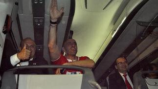 El Sevilla llega al aeropuerto arropados por cientos de aficionados.  Foto: Manuel Gomez