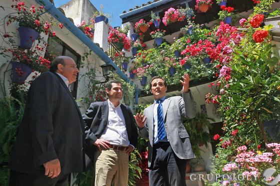 El presidente del PP andaluz, Moreno Bonilla, y el alcalde José Antonio Nieto visitan el patio de San Basilio, 50.  Foto: Barrionuevo