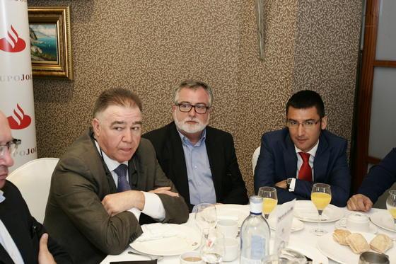 José Martínez compartió mesa en el desayuno con José Félix López y Pablo Cantero  Foto: Javier Alonso / Rafael G.