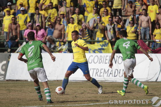 Airam conduce la pelota ante Palero y Gonzalo.   Foto: LOF