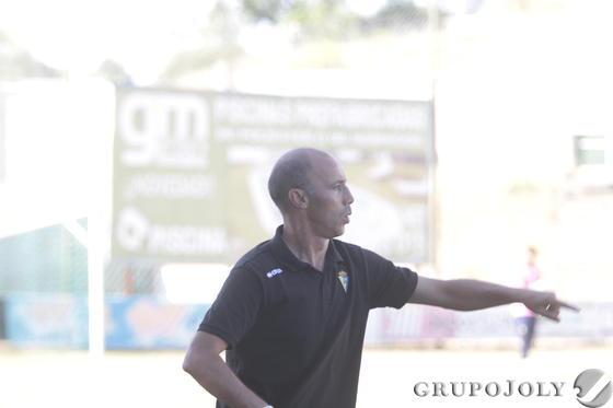 Antonio Calderón da indicaciones a sus futbolistas.   Foto: LOF