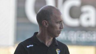 Calderón, con gesto serio en la banda.   Foto: LOF
