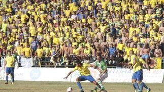 Garrido controla un balón ante una preferencia poblada de cadistas.   Foto: LOF