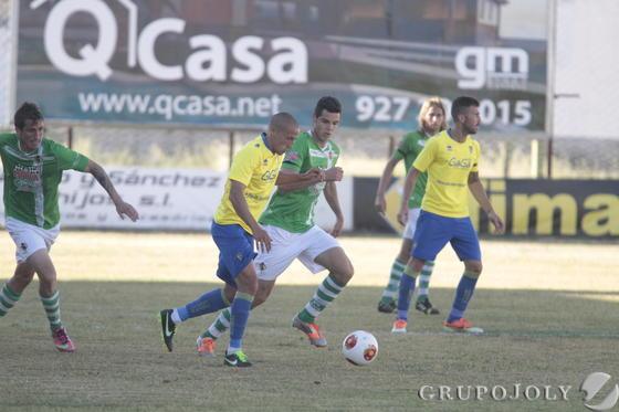 Jorge Luque conduce el balón.   Foto: LOF