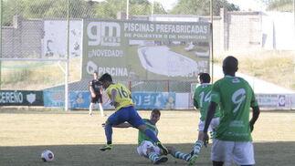 Kike Márquez se marcha de un defensor.   Foto: LOF