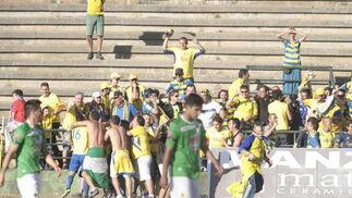 Varios aficionados saltaron al campo tras el pitido final.   Foto: LOF