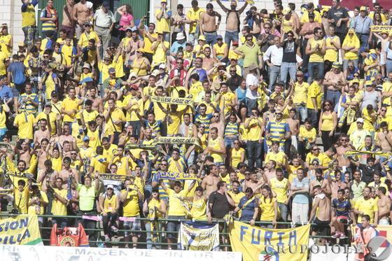 La afición vistió de amarillo las gradas del Príncipe Felipe.   Foto: LOF