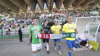 Los jugadores de ambos conjuntos mostraron su solidaridad con la localidad extremeña de Monterrubio tras la tragedia en la que perdieron la vida cinco menores.   Foto: LOF