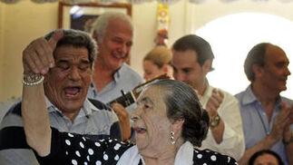 En la caseta de 'Tío José de Paula' ya se escucharon ayer los primeros cantes. En la imagen, Angel Vargas le canta a Salvaora.   Foto: Miguel Angel Gonzalez