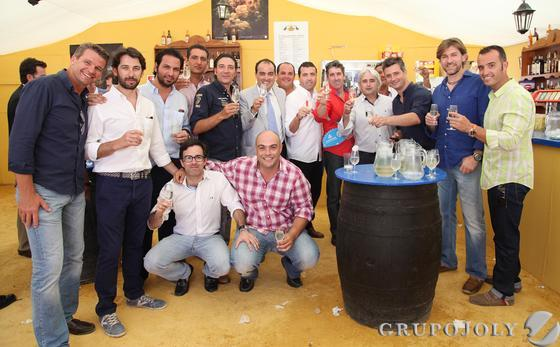 El bailaor Antonio 'El Pipa', en el centro junto al director de este medio, acompañado por unos amigos.  Foto: Vanesa Lobo