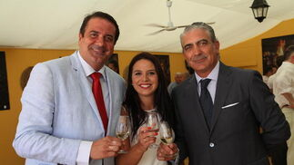 Miguel Chaves y José Manuel Chaves, representantes de Seisdoble, brindan con la comercial de este medio, Marisa López.  Foto: Vanesa Lobo