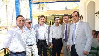 David Fernández y Miguel Berraquero junto a Javier Nogueira, Mario Naranjo y José María Ferrer Cuéllar, de Nuevo Distrigades y vendedores de prensa.  Foto: Vanesa Lobo