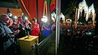 Instante en que el alumbrado comienza a iluminar el González Hontoria tras apretar el pulsador la alcaldesa y los representantes de Recevin, Acevin y Euroequus.  Foto: Miguel Angel Gonzalez