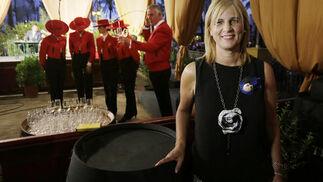 La alcaldesa de Jerez posa ayer antes de la ceremonia de la inauguración del alumbrado en la Caseta Municipal.  Foto: Miguel Angel Gonzalez