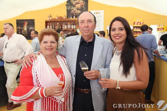 La comercial de Diario de Jerez, Marisa López, brinda junto al empresario Félix Sollero y su esposa, Carmen Femenía.    Foto: Vanesa Lobo
