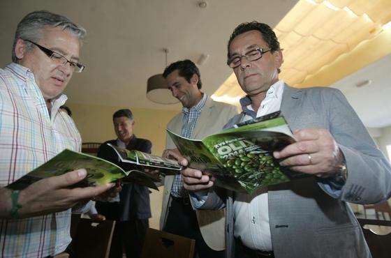 Guías de la XVII Edición de la Feria del Olivo que se entregaron gratis con la edición de 'El Día'.   Foto: José Martínez
