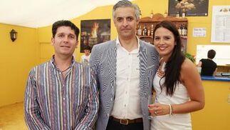 Jorge Herrera y Javier Lobo, representantes de Adecosur, junto a Marisa López.  Foto: Vanesa Lobo