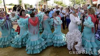 La Feria 'baila' dentro y fuera de los entoldados.   Foto: Miguel Angel Gonzalez
