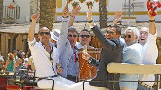El tenor jerezano Ismael Jordi y un grupo de amigos saludando, ayer, en un coche de caballos.  Foto: Pascual