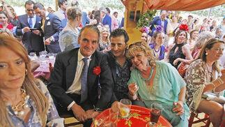Mario Conde, Manuel de Angustias y María Jiménez, ayer en la caseta de La Paquera.  Foto: Pascual