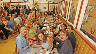 Periodistas de la Asociación de la Prensa de Jerez celebraron ayer en el real su habitual comida en la caseta 'Siete días de gloria'.  Foto: Pascual