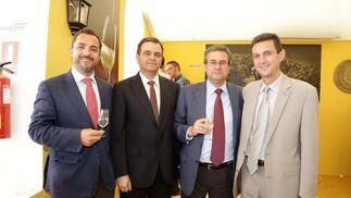 Alberto García, Juan Antonio Perteguer y Enrique Martín, del Colegio Saint Thomas, acompañando a Miguel Berraquero.   Foto: Vanesa Lobo