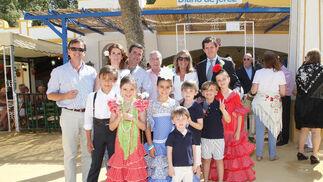 Alejandro Parra y Lola Delgado, de Caredent, Cayetano Delgado, José Antonio Delgado, Macarena Simón y Luis Romero, con su familia.  Foto: Vanesa Lobo