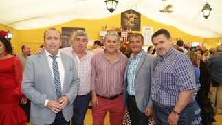 Benjamín Sánchez junto a Pedro Ruiz y Luis Pérez, de Cerámicas La Ballena, y Pedro Robles y Atanasio Ruiz, de Colorker.  Foto: Vanesa Lobo