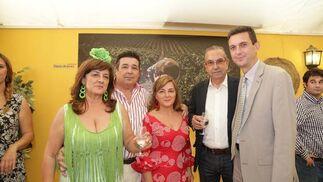 Miguel Berraquero, gerente de Diario de Jerez, junto a José Antonio Lomas, de Luminosos Andaluces, y su familia, y Mariano Rodríguez, gerente de Artesanos del Sofá.  Foto: Vanesa Lobo